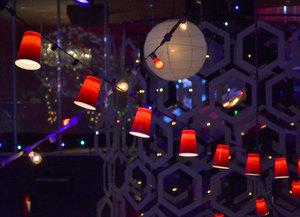 krasivaya_girlyanda_plastikovyh Новогодняя елка из пластиковых бутылок