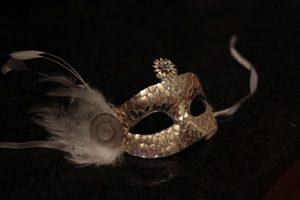 maska_bityh_igrushek Карнавальная маска своими руками: простые идеи изготовления