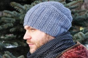 shapka_muzhchiny_spicami Простая мужская шапка спицами, схема мужской шапки спицами, пошаговое описание с фото. Мужская шапка спицами для начинающих