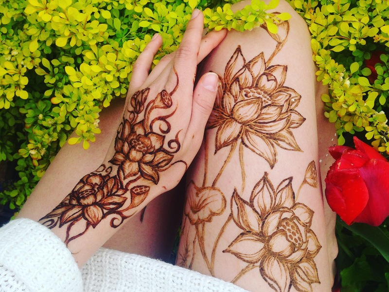Эскизы хной на ноге цветы фото