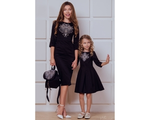 Платье- футляр с вышивкой